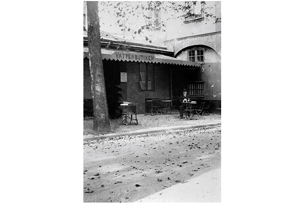 An old black and white image of the water shop in Kungsträdgården in Stockholm